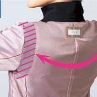シークレットARM 肩まわりにストレッチ裏地をパーツ使いすることで、腕の曲げ伸ばしもラクラク。